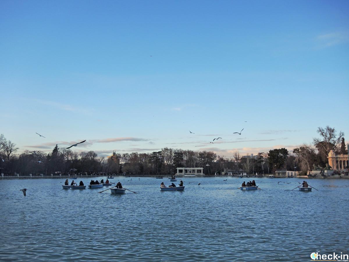 Il lago artificiale navigabile nel Parco del Retiro a Madrid
