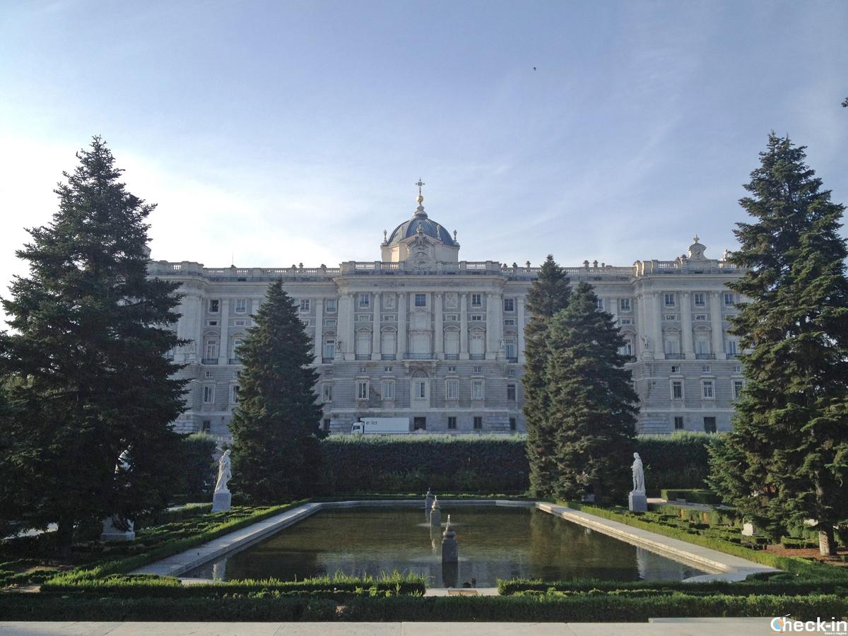 I giardini di Sabatini con vista sul Palacio Real di Madrid