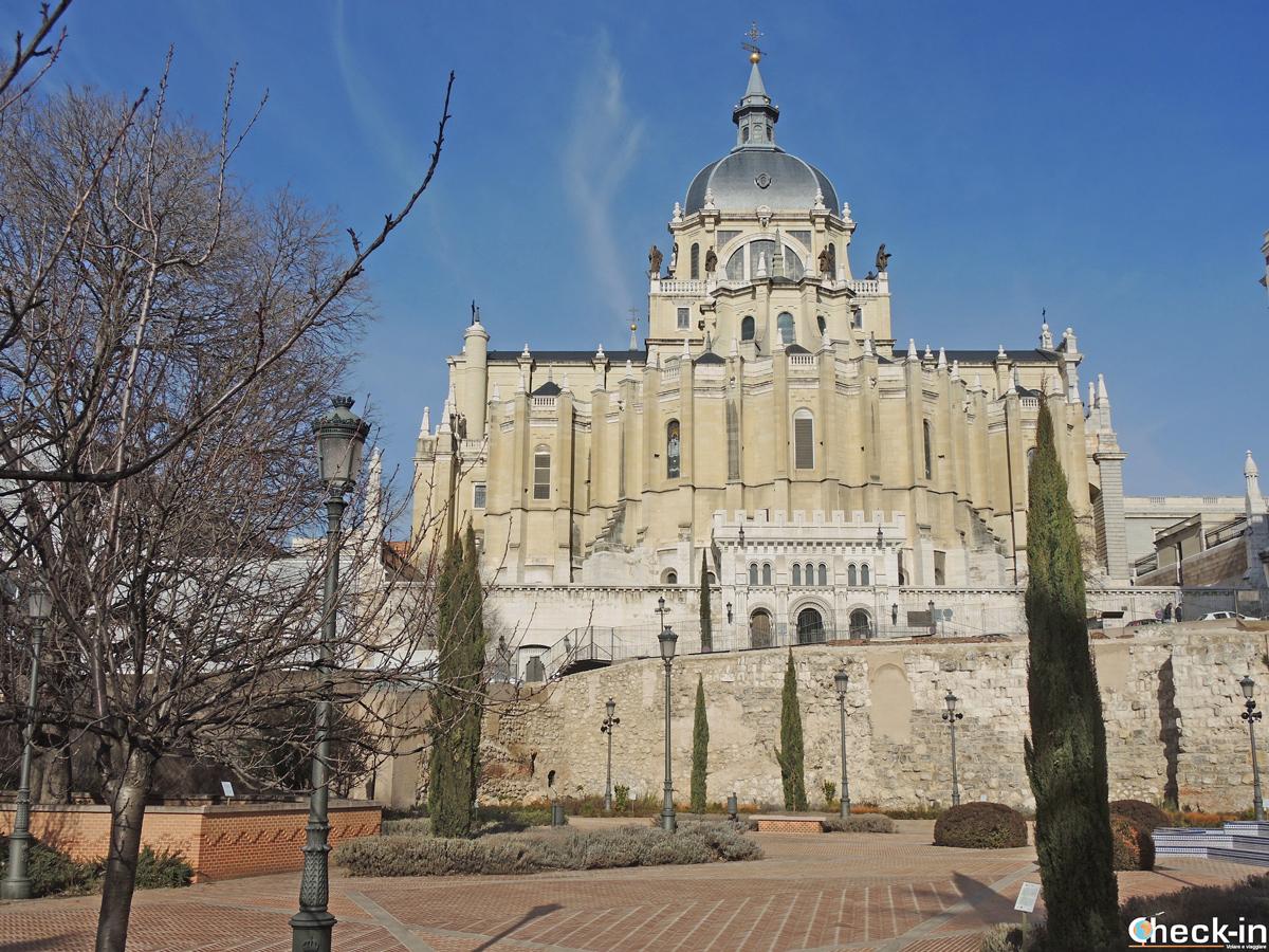 I resti delle mura arabe nel Parque de Mohamed I ai piedi della Cattedrale dell'Almudena di Madrid