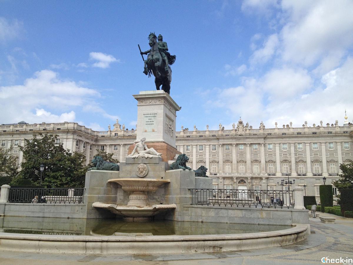 La statua di Re Felipe IV nei giardini di Plaza de Oriente - Madrid, Spagna