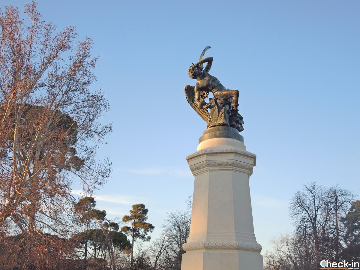 La statua di Lucifero nel parco del Retiro di Madrid
