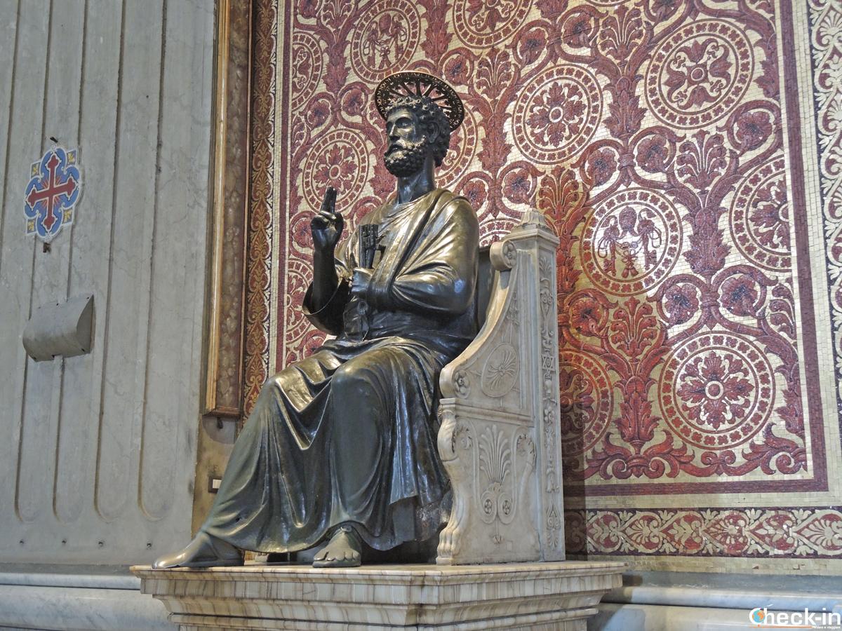 La scultura di San Pietro nella Basilica vaticana (Roma)