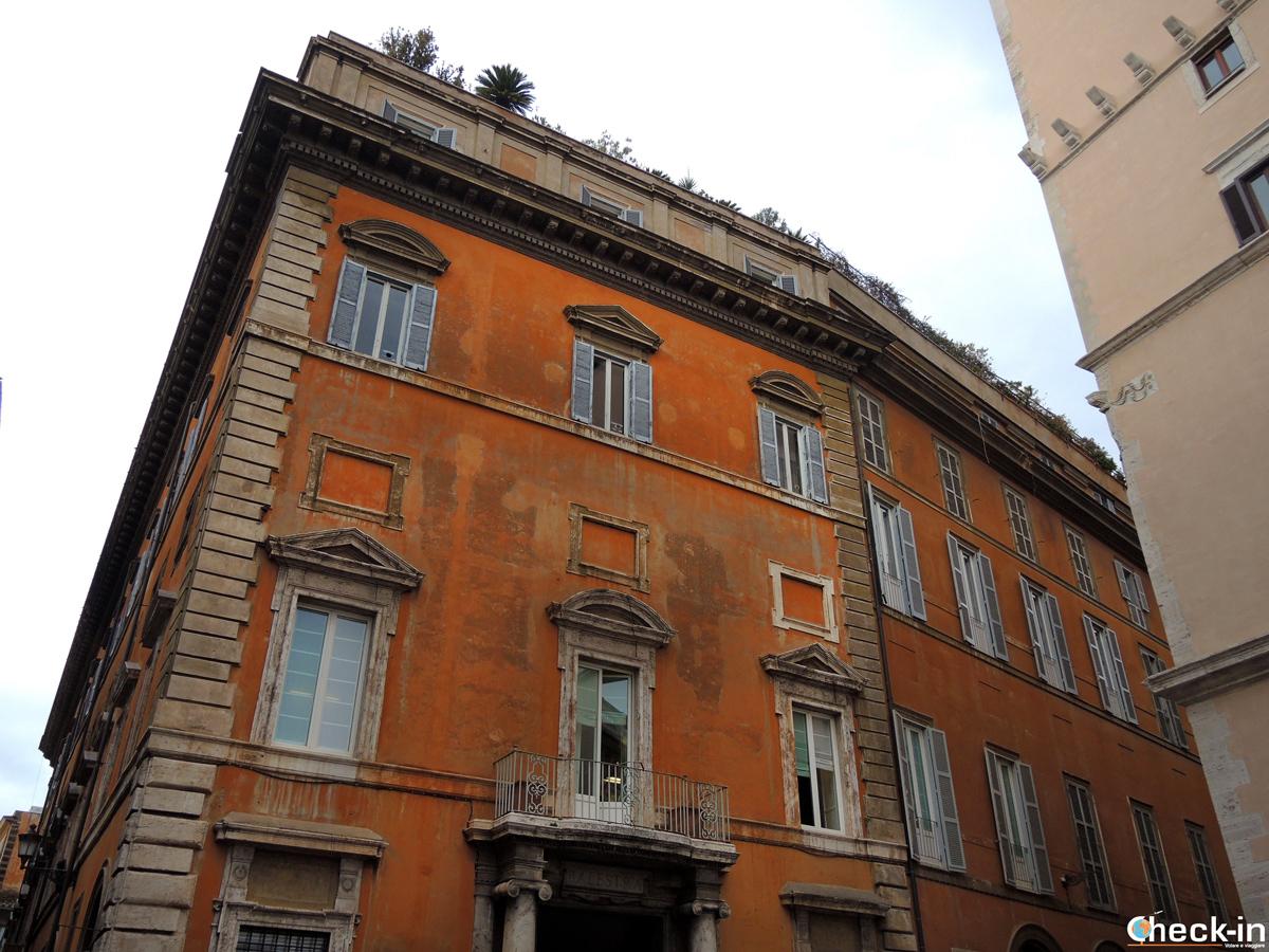 Facciata di Palazzo Muti, sede della corte degli Stuart a Roma