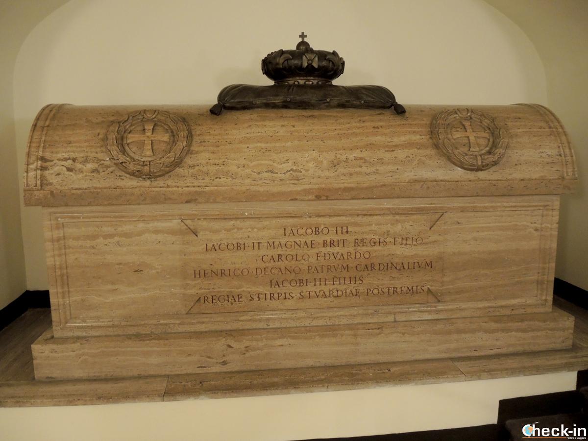La tomba degli Stuart nelle grotte vaticane a Roma