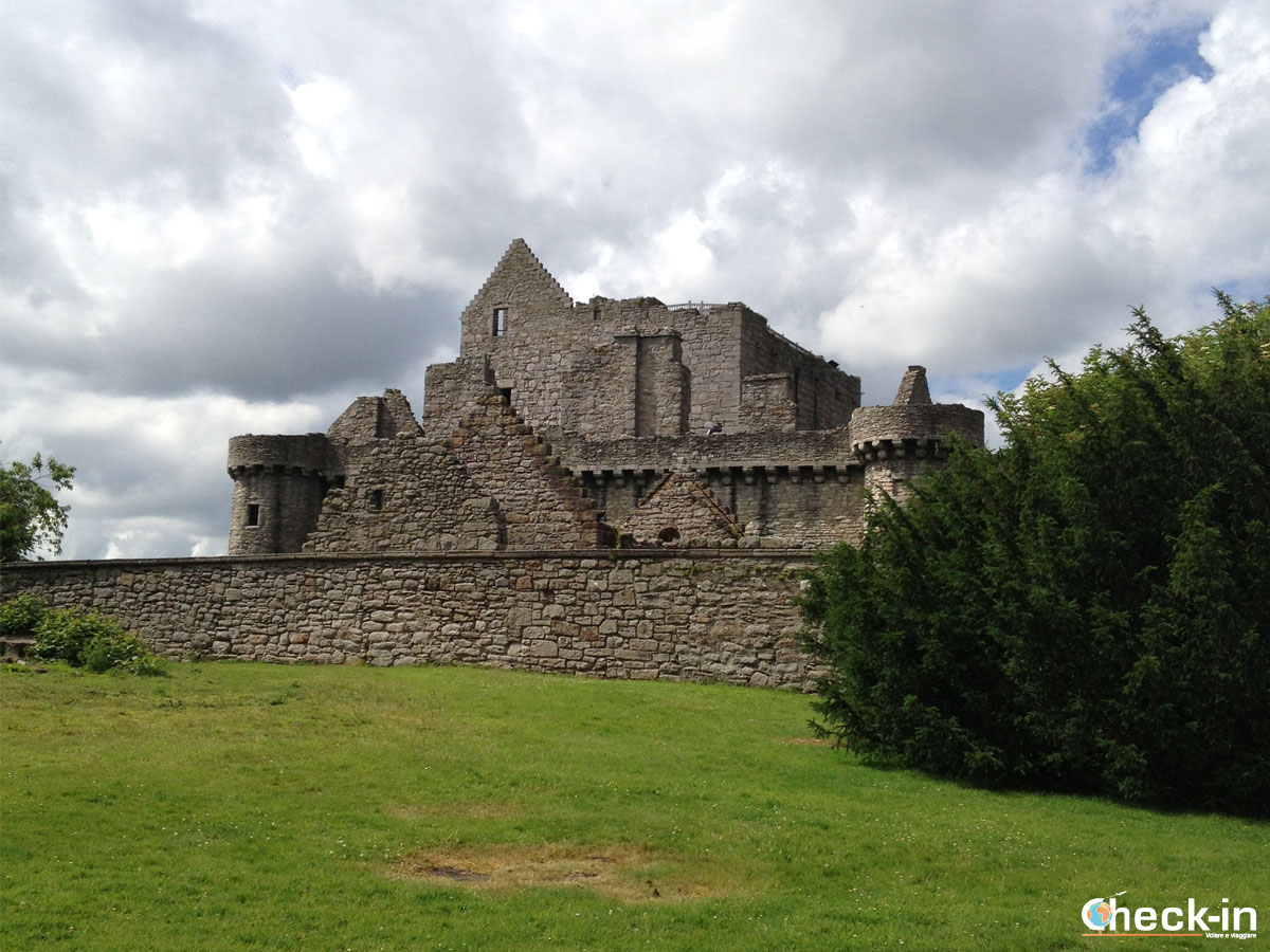 5 Outlander tv series locations to visit: Craigmillar Castle near Edinburgh