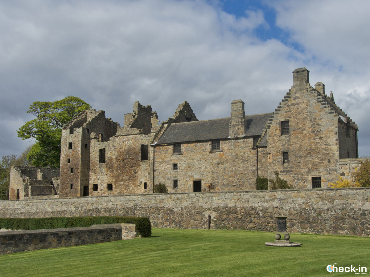5 Outlander filming locations near Edinburgh - Aberdour Castle (Season 1)