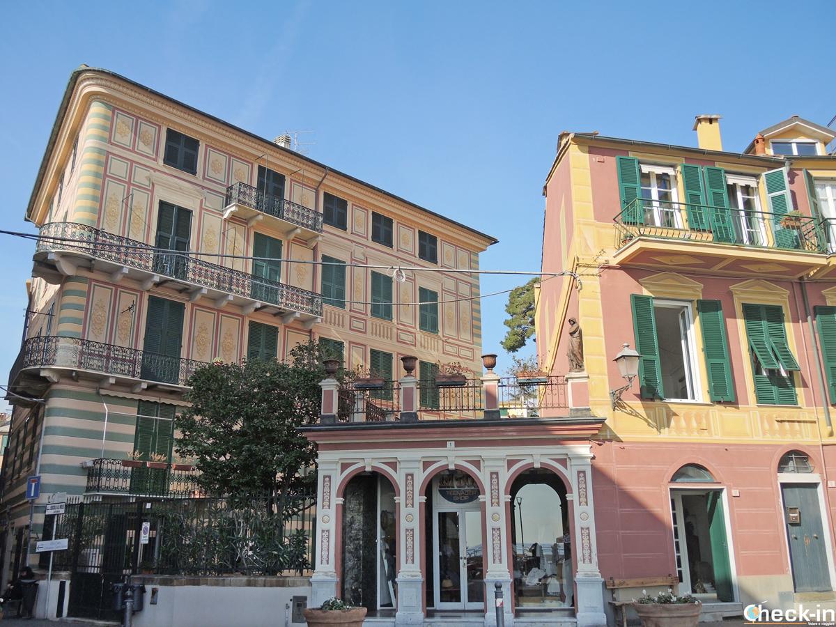 Piazzetta nel nucleo storico di Celle Ligure - Liguria a piedi