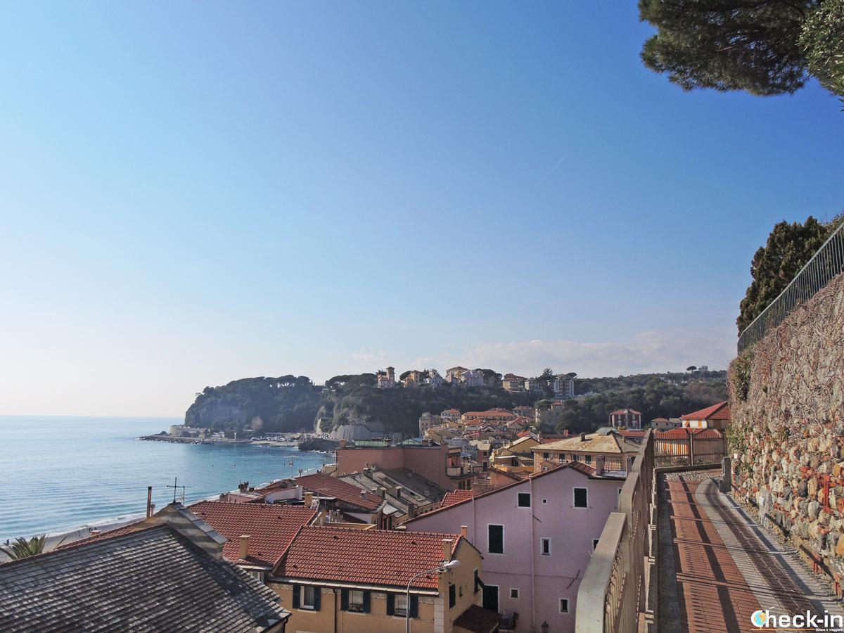 Il centro storico di Celle visto dalla passeggiata romana - Liguria a piedi