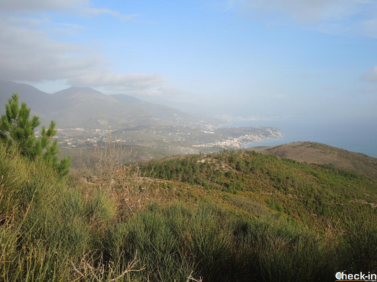 Panorama della costa ligure dalla cima del Monte Grosso - Parco del Beigua, Varazze