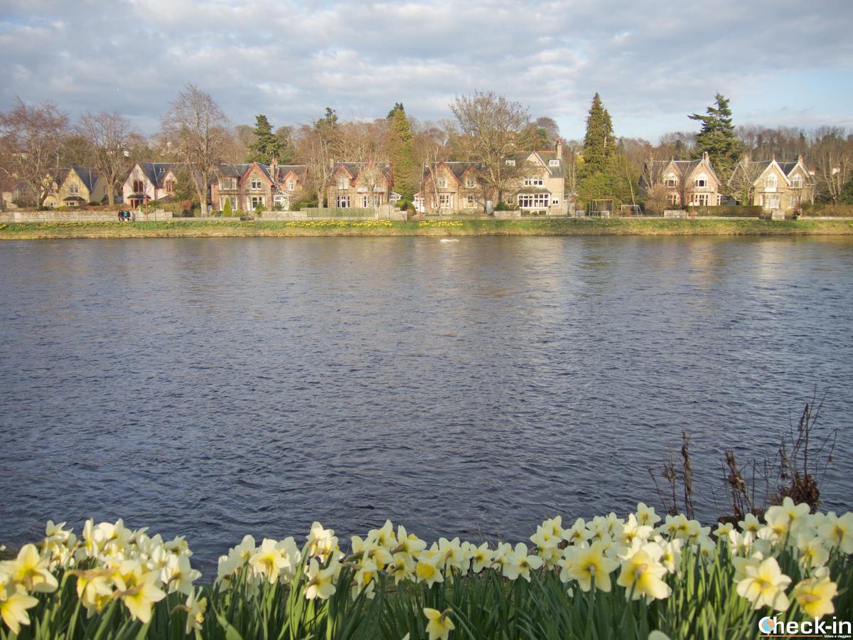Scorcio di Inverness dalla passeggiata lungo il fiume Ness