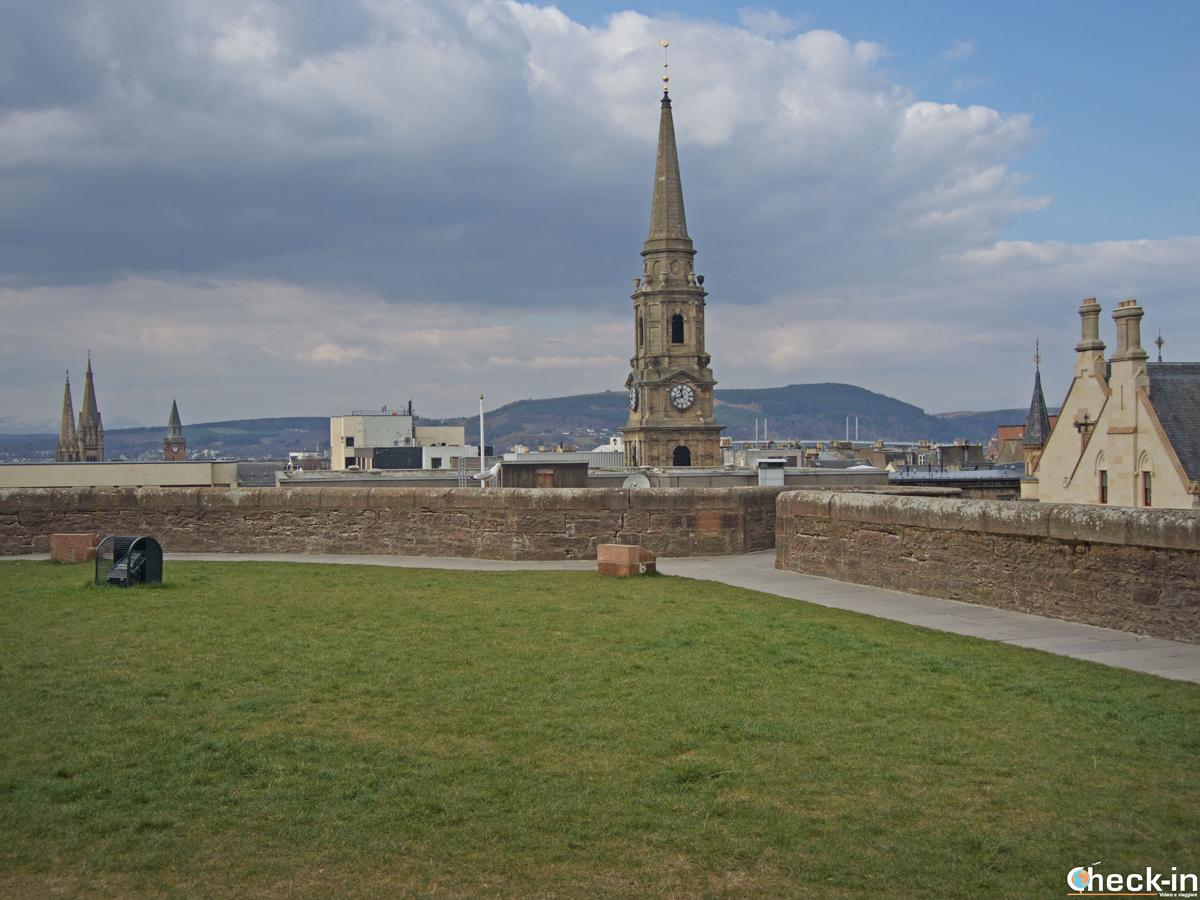 I giardinetti del castello di Inverness affacciati sul centro città