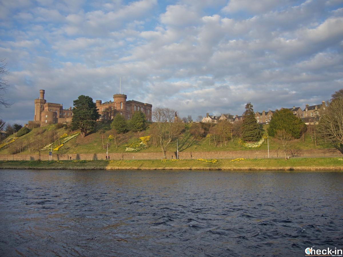 Il Castello di Inverness al tramonto ammirato dal lungofiume Ness