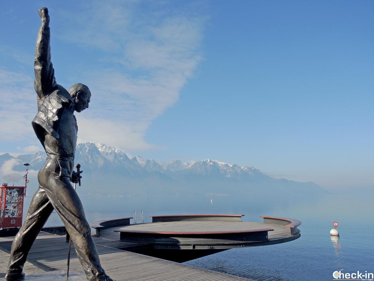La statua di Freddie Mercury nella Place du Marché di Montreux