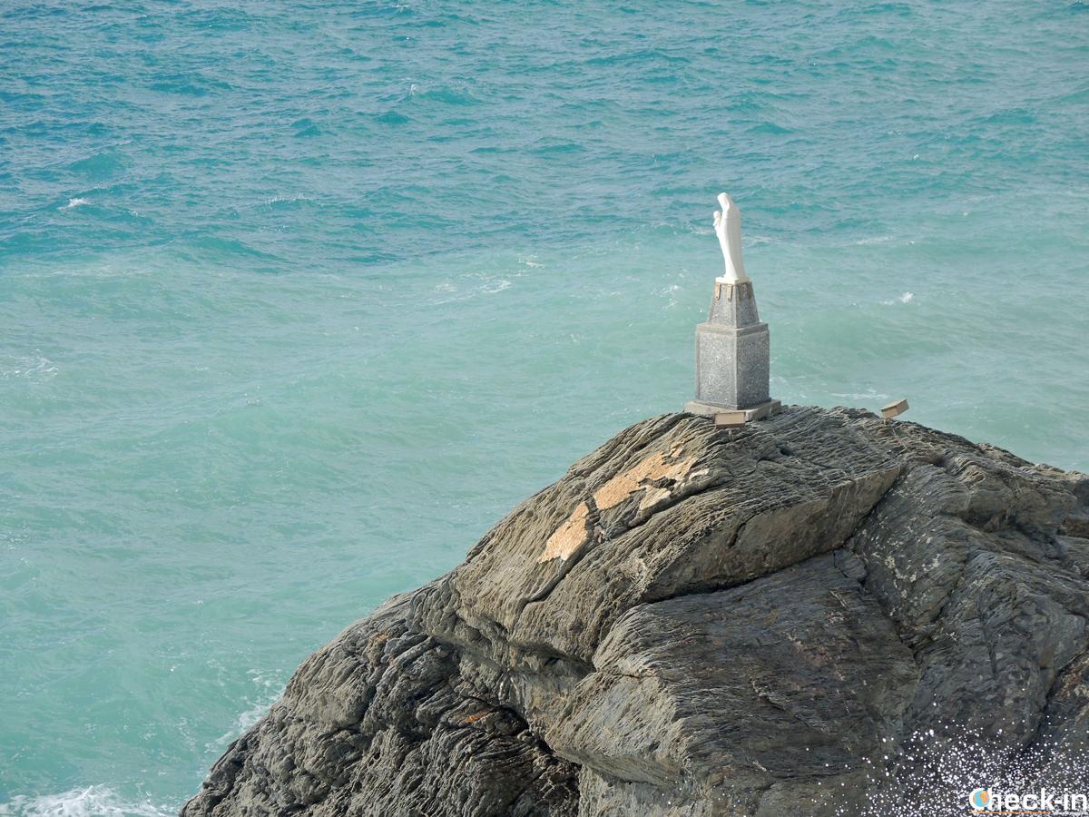 Lo scoglio della Madonna dell'Aguggia tra Arenzano e Vesima (Liguria)