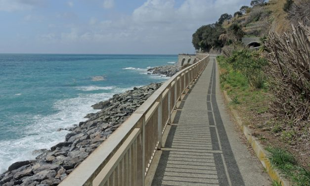 Itinerari a piedi in Liguria, la passeggiata lungomare tra Arenzano e Genova Voltri
