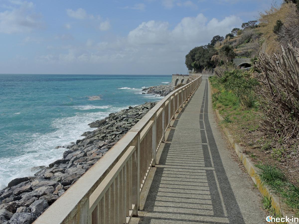 La passerella pedonale verso Genova Voltri