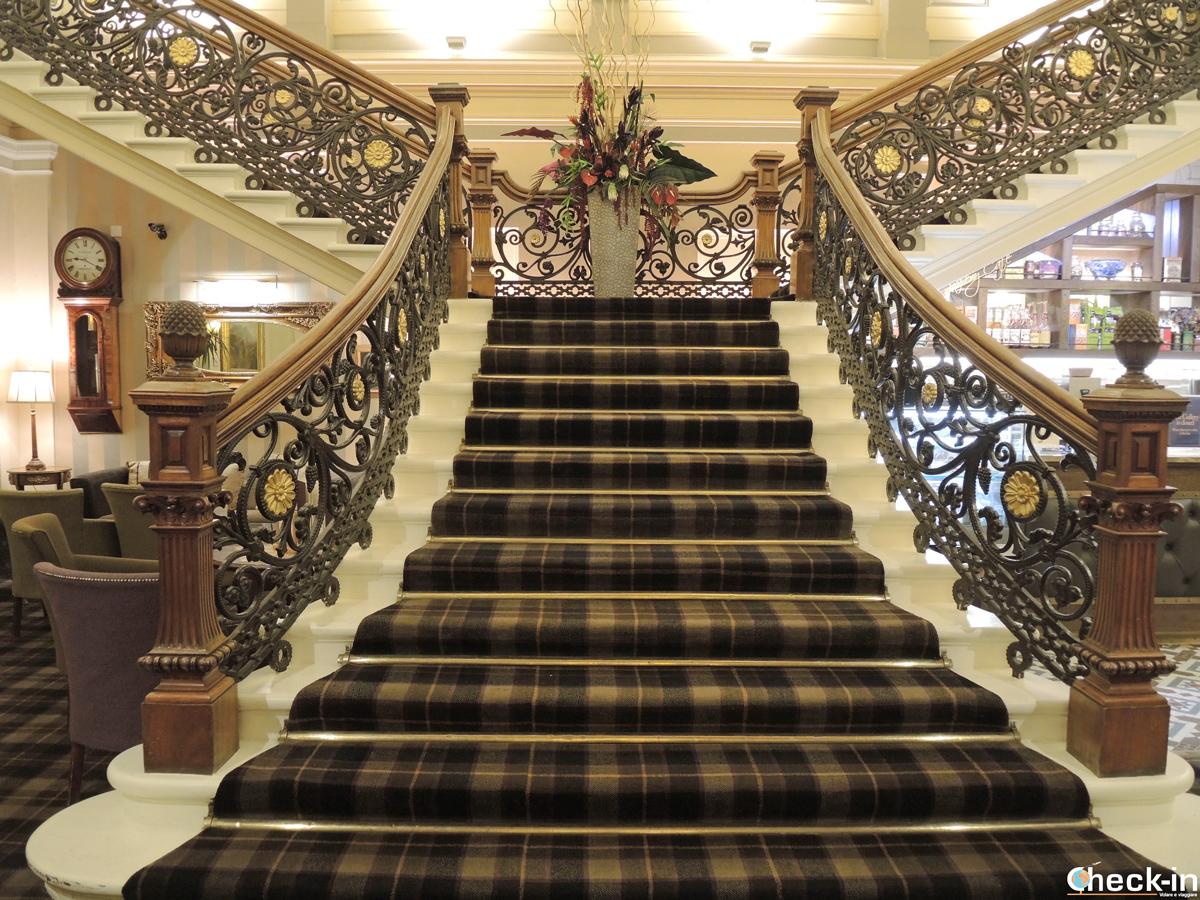 La scalinata dell'atrio del Royal Highland Hotel a Inverness