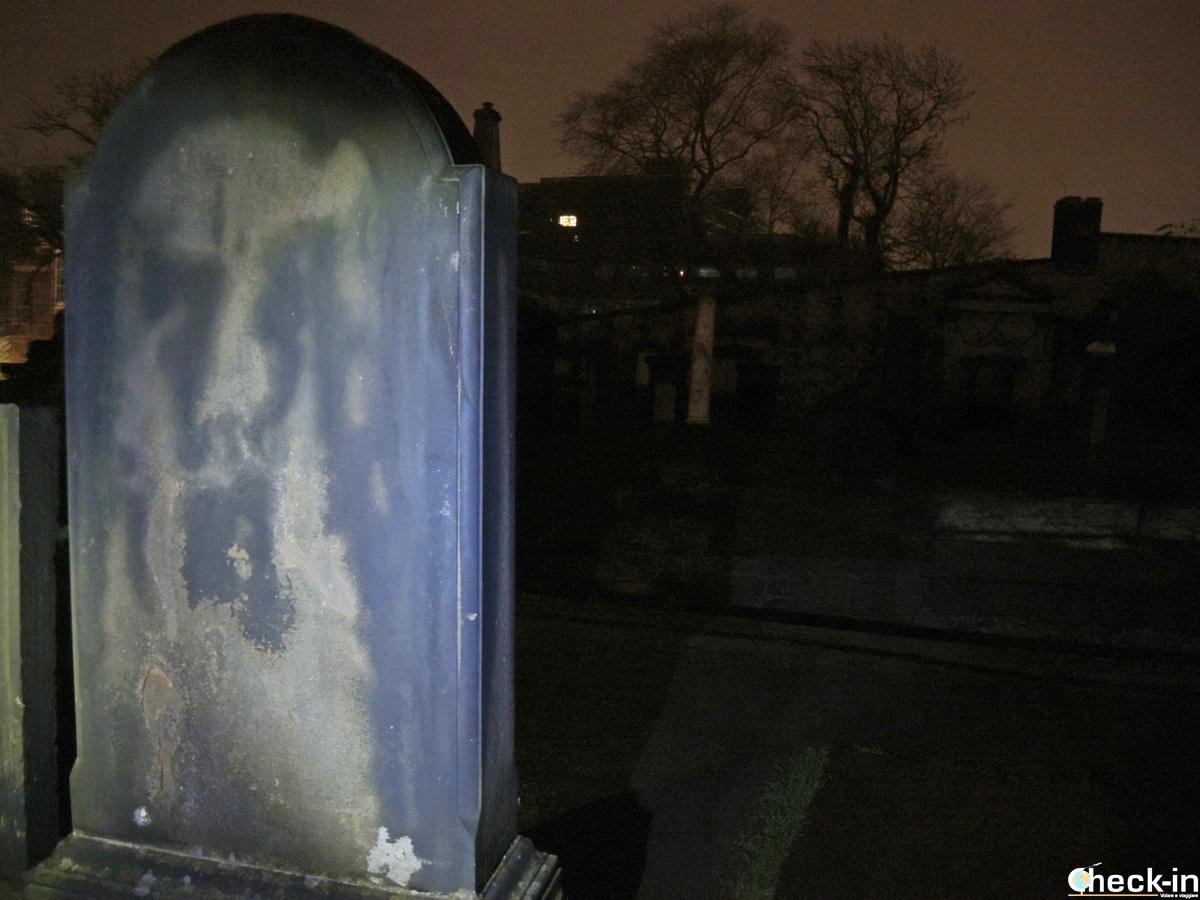 Visita del cimitero Old Calton Burial Ground di Edimburgo di notte