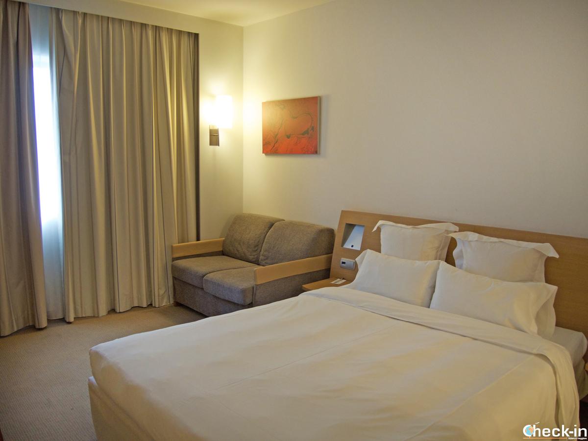 La camera matrimoniale dell'Hotel Puerta de Bilbao a Baracaldo