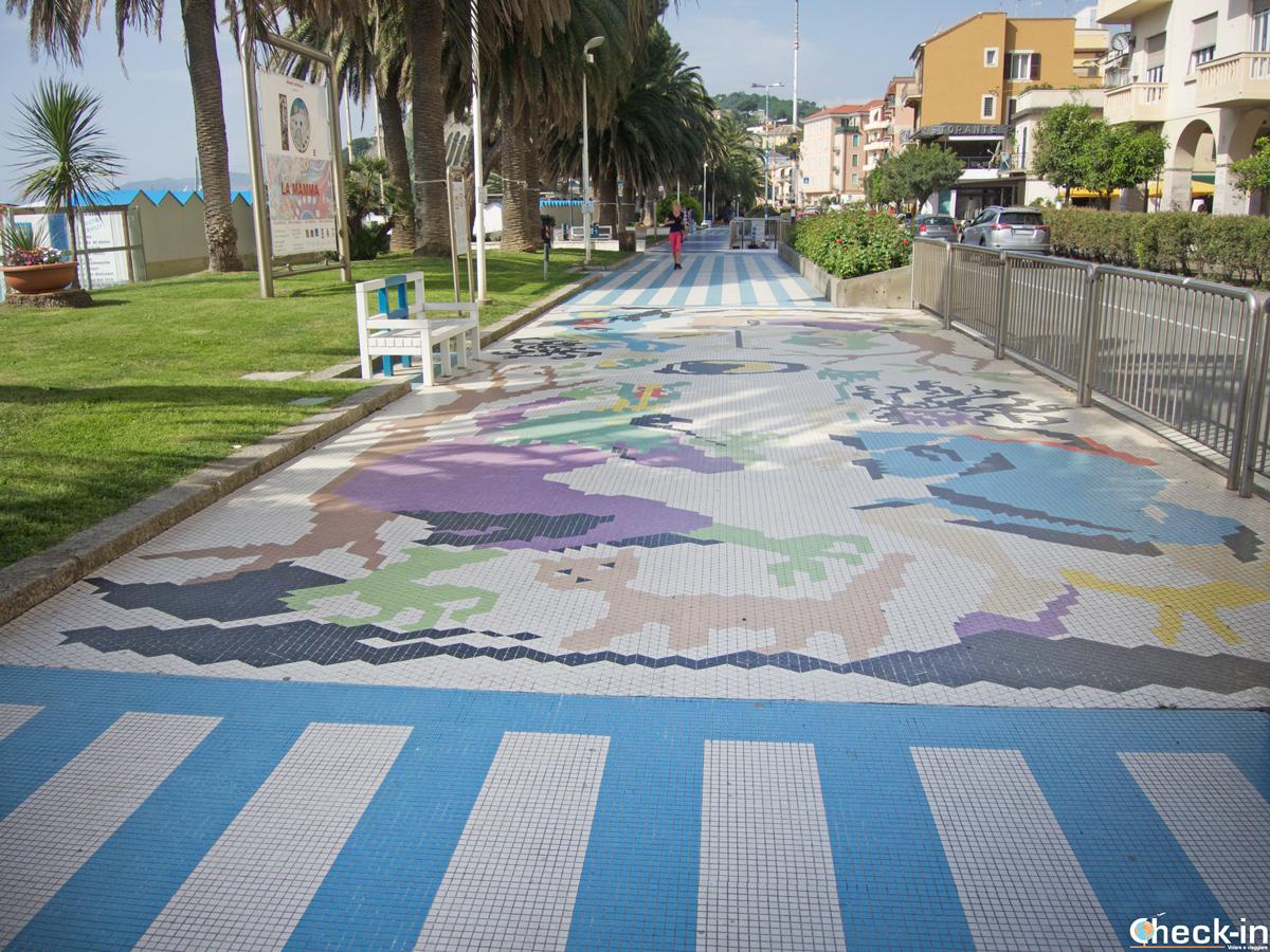 """Il """"lungomare degli artisti"""" di AIlbissola Marina - Provincia di Savona, Liguria"""