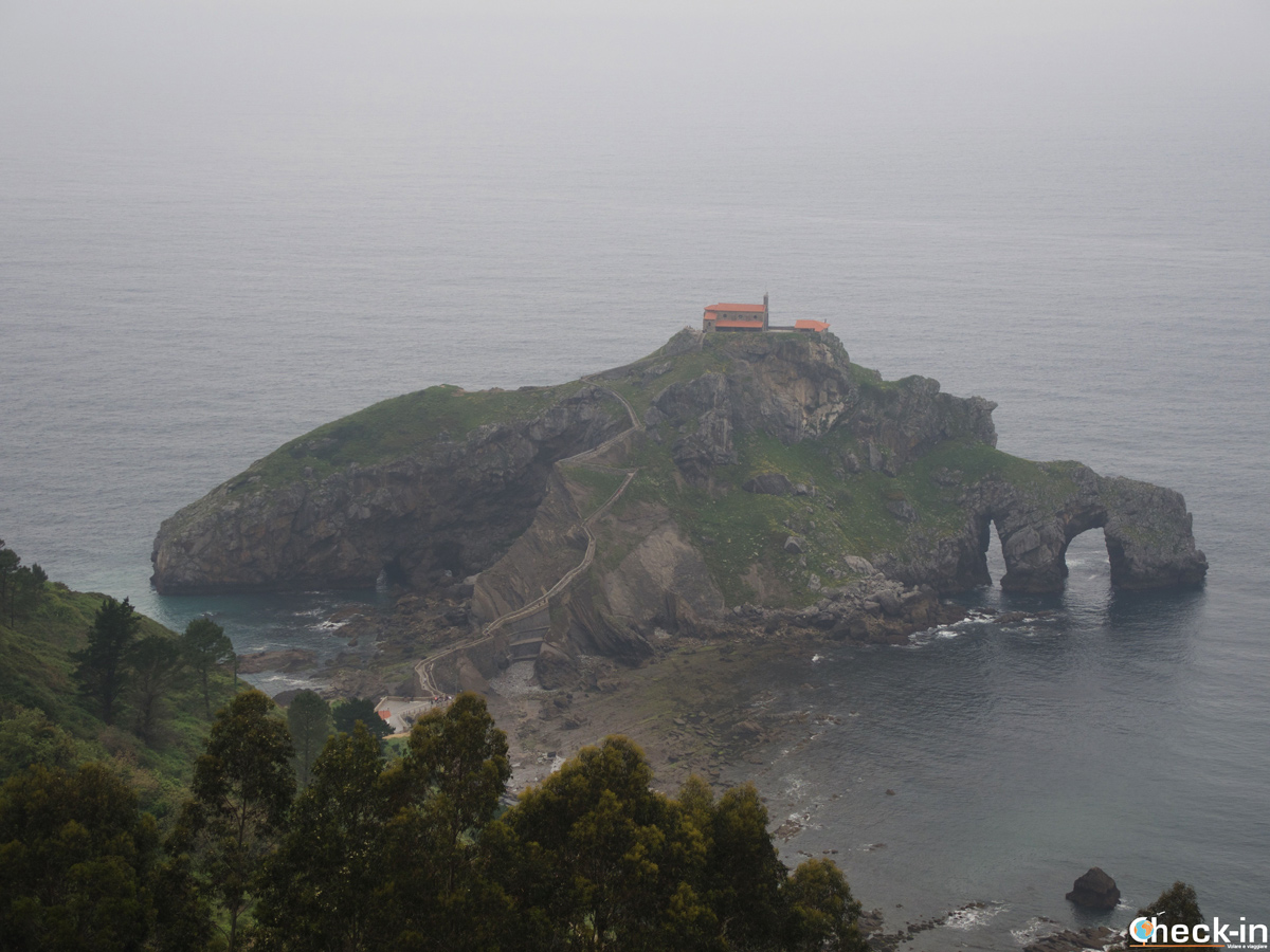 San Juan de Gaztelugatxe visto dai parcheggi pubblici
