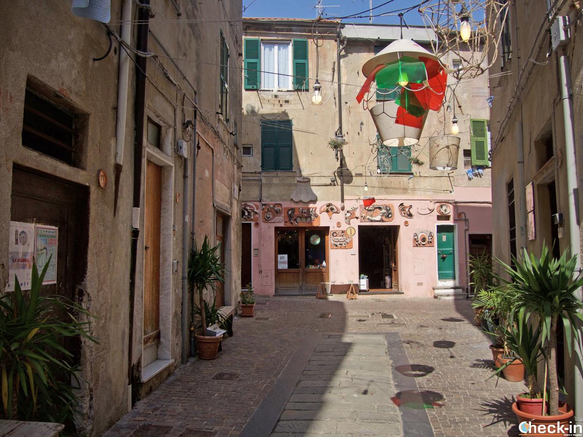 Via caratteristica del centro storico di Albissola Marina