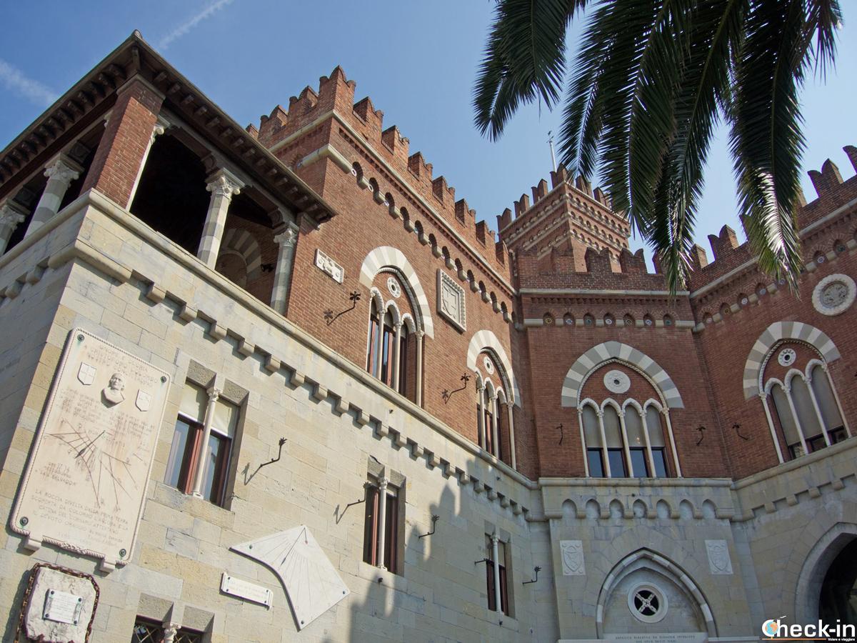 Facciata del Castello d'Albertis e la meridiana con la dedica a Colombo