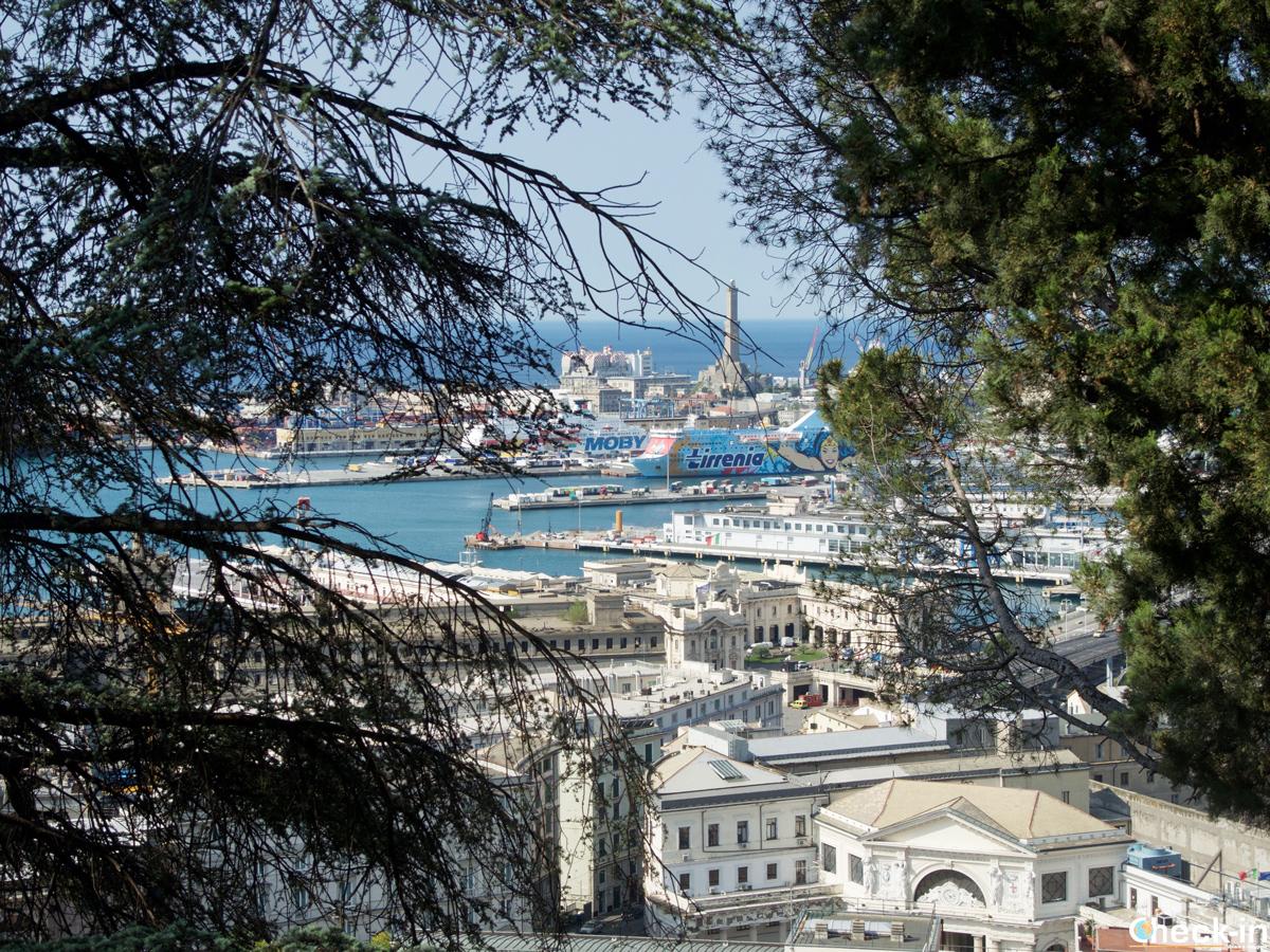 Il porto e la Lanterna di Genova visti dal parco del Castello d'Albertis