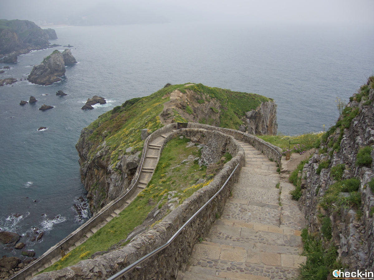 La scalinata che conduce a San Juan de Gaztelugatxe - Paesi Baschi, Spagna