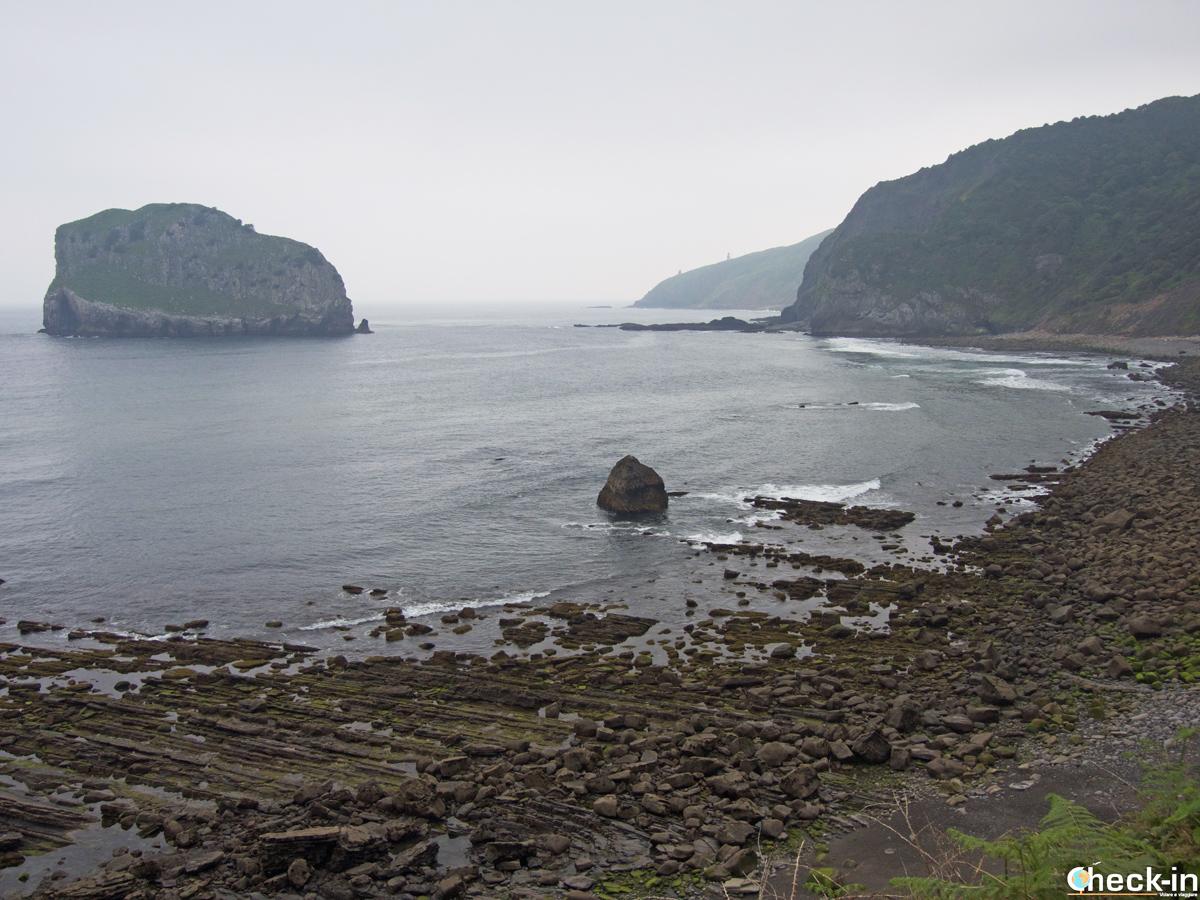 La spiaggia vicino a San Juan de Gaztelugatxe