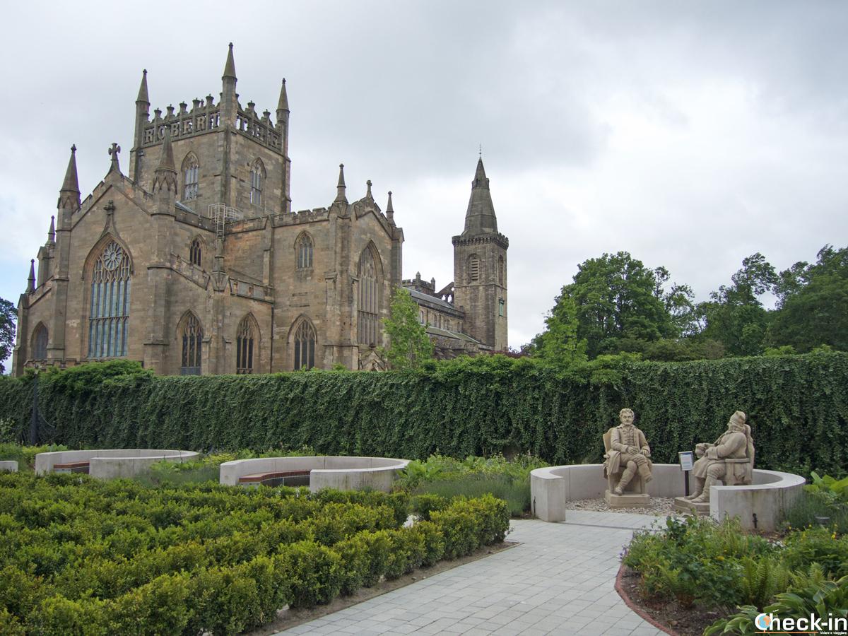 Giardini di Abbot House e vista sull'Abbazia di Dunfermline (Scozia)