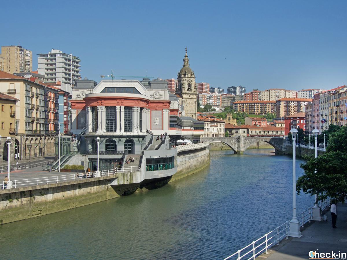 Mercado de la RIbera ed Iglesia de San Antón - Vista dalla ría di Bilbao
