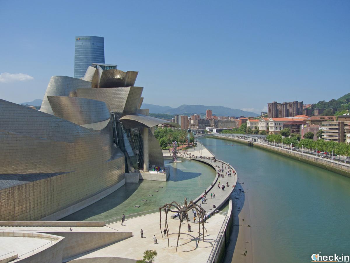 "Il Guggenheim Museum visto dal ponte ""Arc Rouges"""