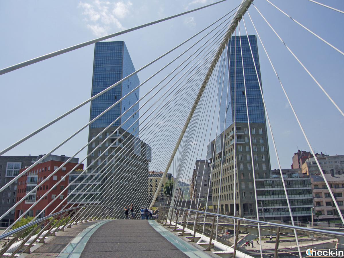"""La """"pasarela Zubizuri"""" e le torri Isozaki Atea di Bilbao"""