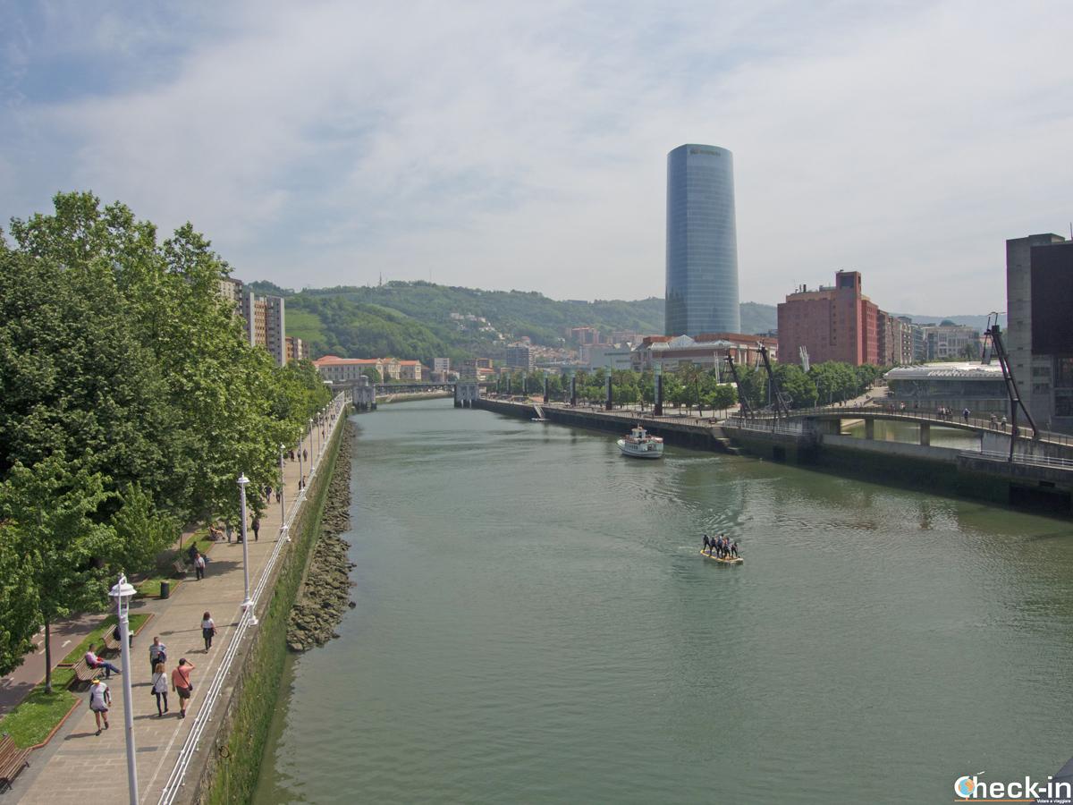 """Vista della Bilbao """"Nuova"""" e della Torre Iberdrola"""