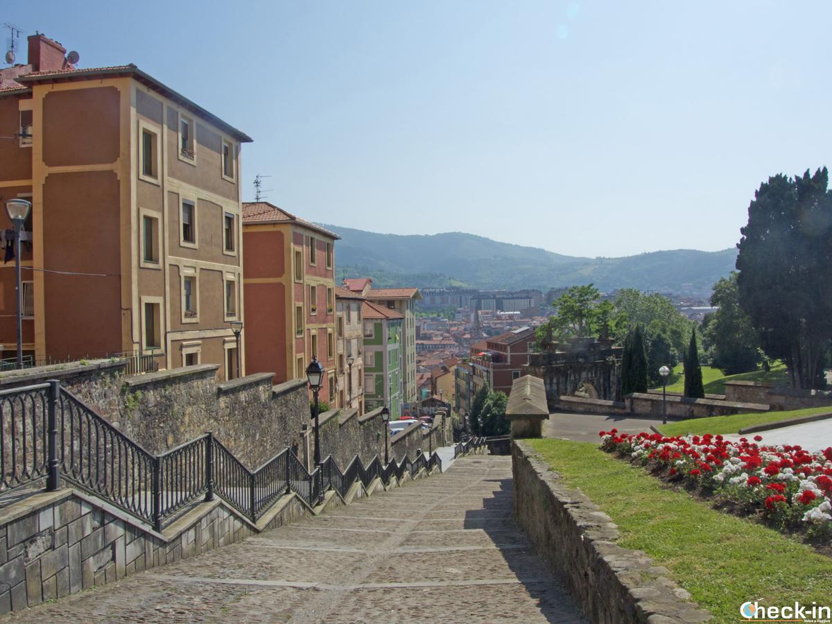Parte della scalinata verso la Basilica de la Begoña di Bilbao