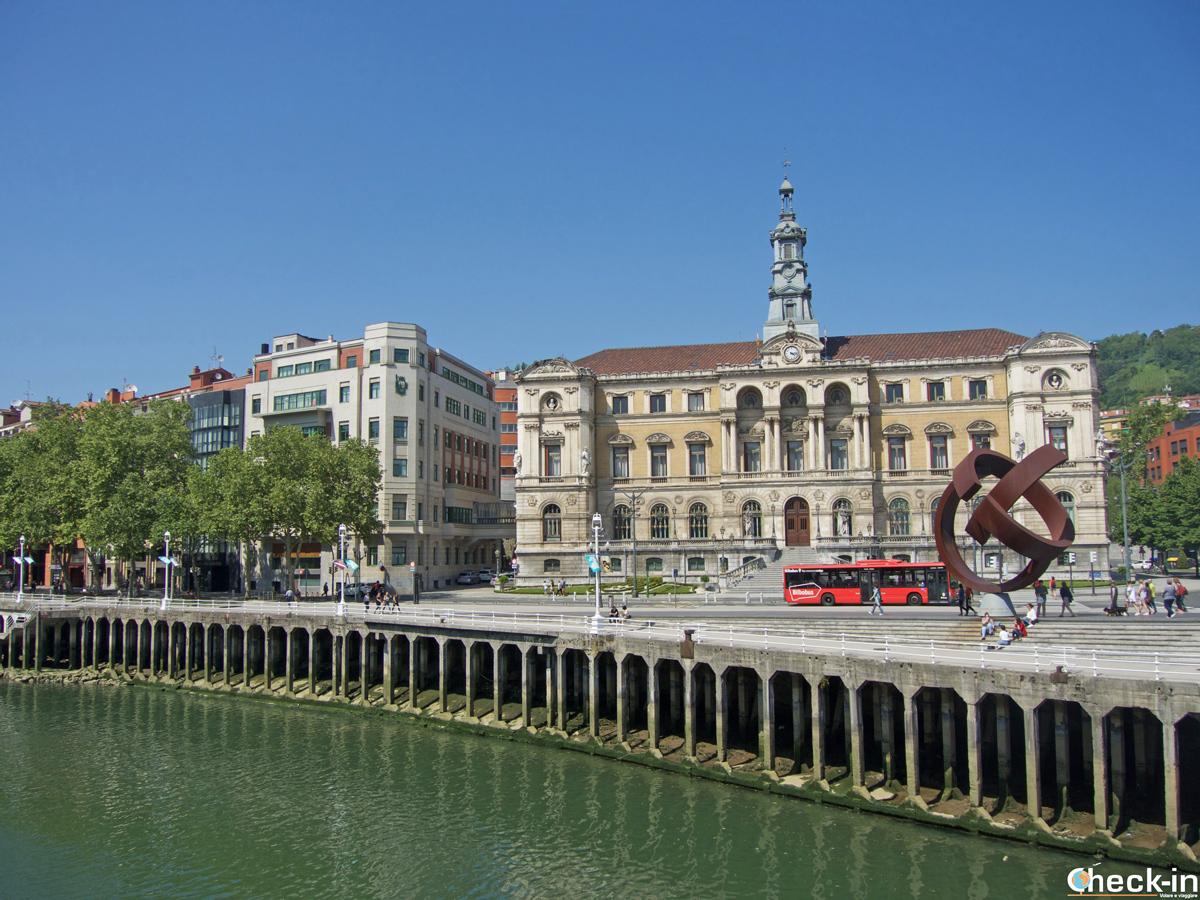 Il Municipio di Bilbao sulla ría