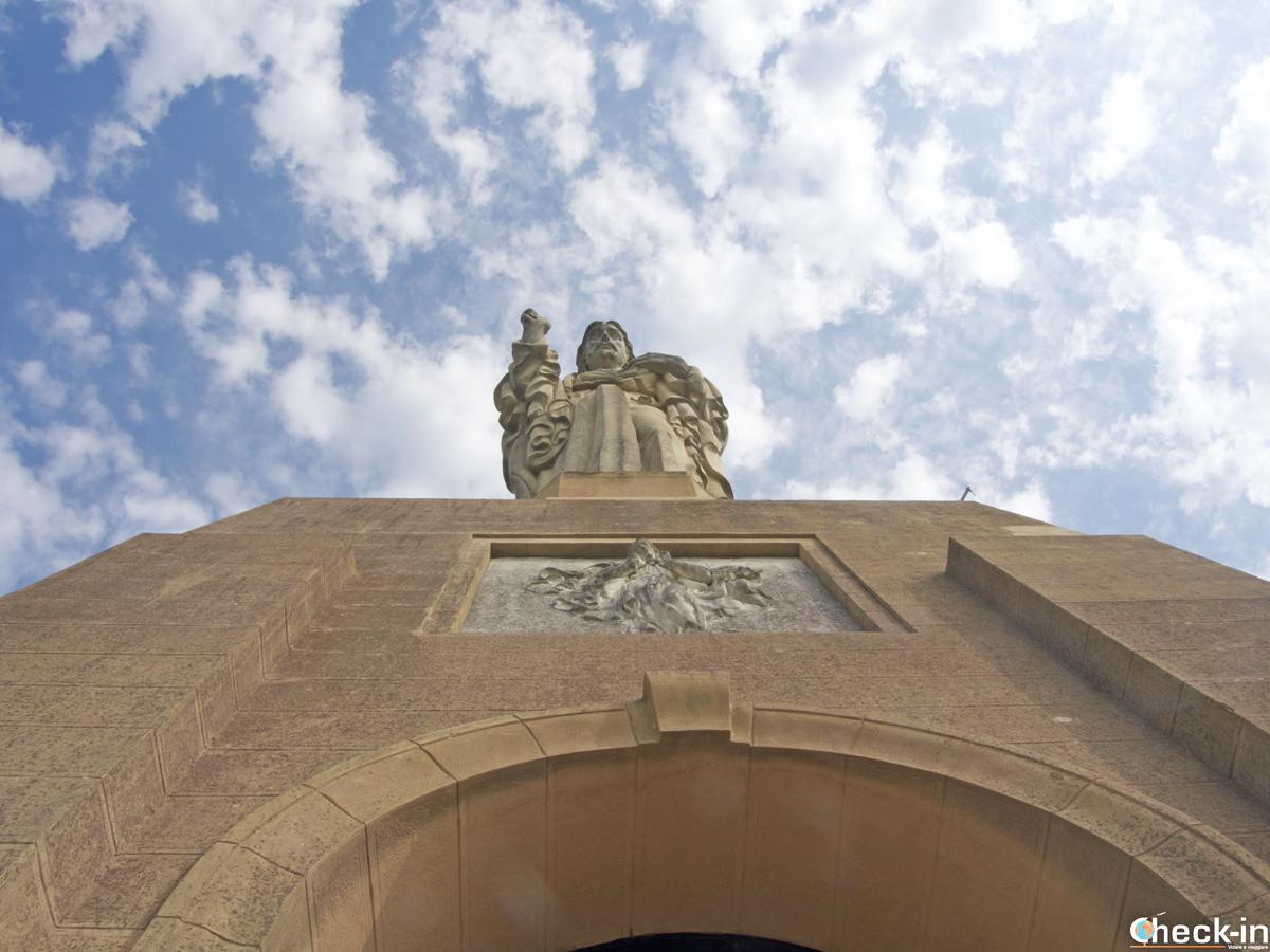 La statua del Sagrado Corazón che domina sul monte Urgull di San Sebastián