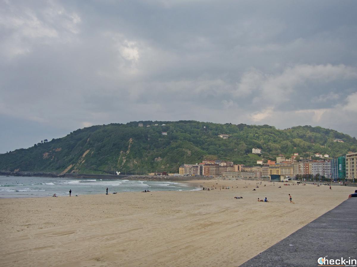 La playa de Zurriola nel quartiere Gros a San Sebastián