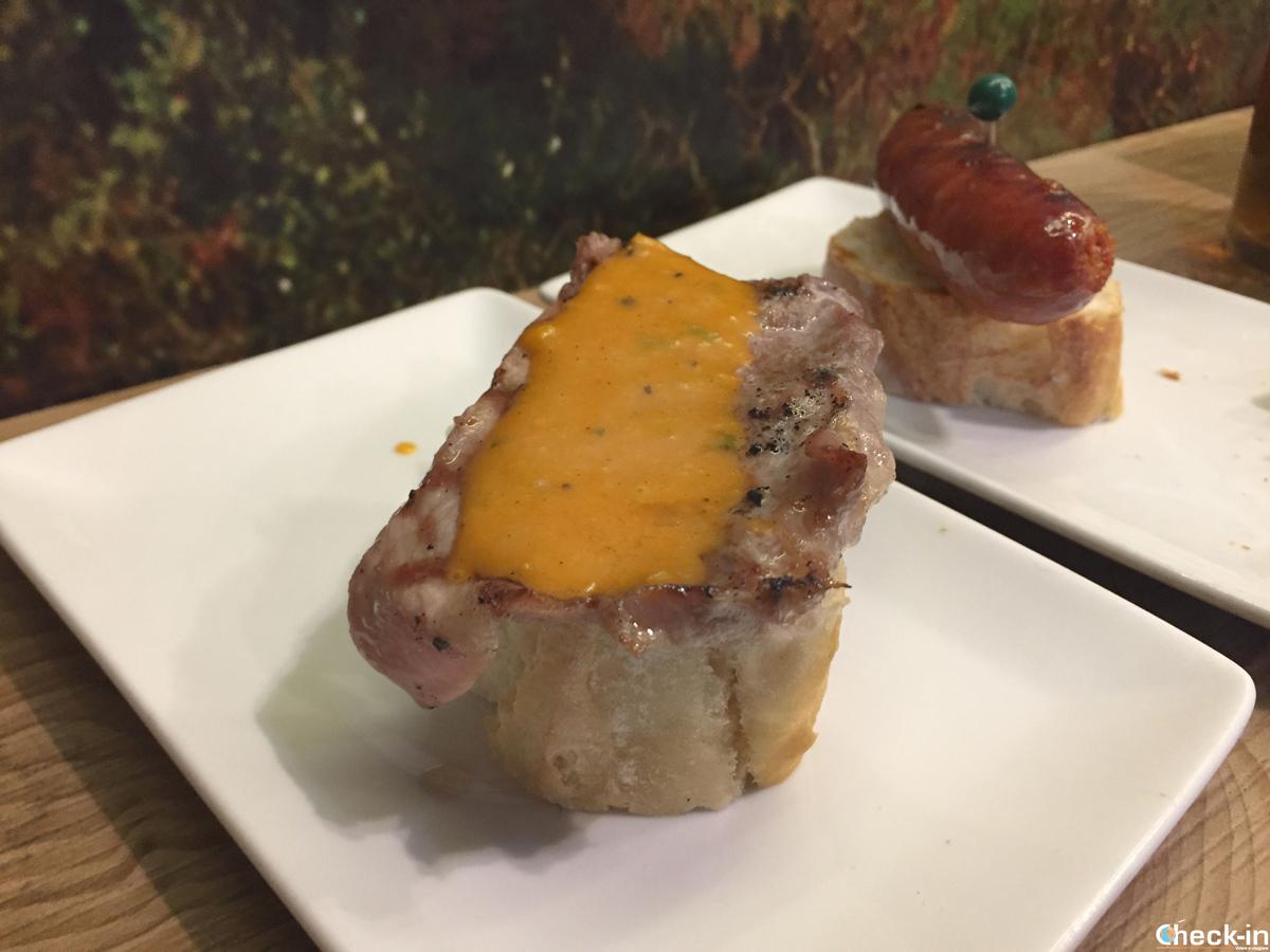 Pinchos di carne al Bar Santa María nel centro storico di Bilbao