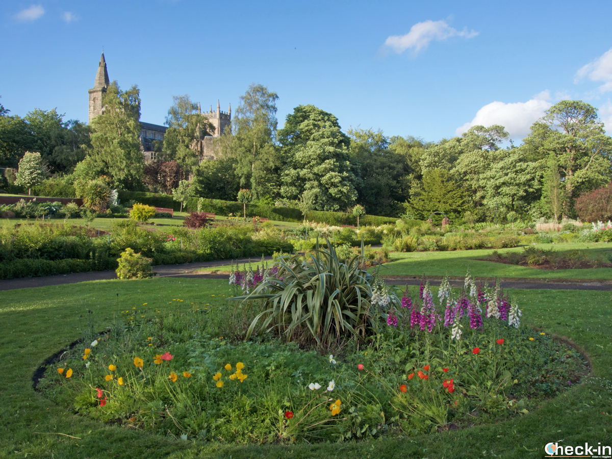 Pittencrieff Park con l'Abbazia di Dunfermline sullo sfondo
