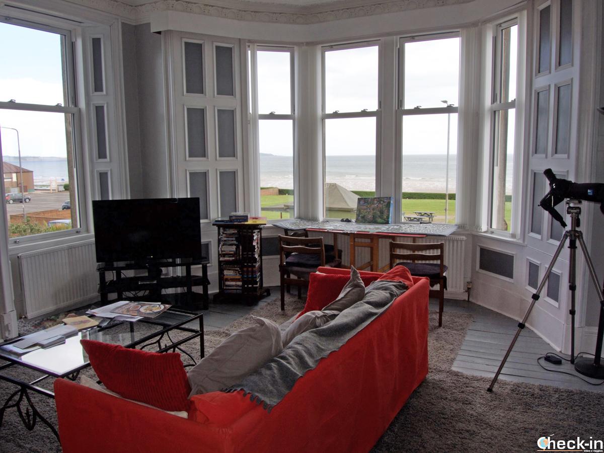 Sala comune con vista mare alla Forth Bay Guest House di Leven - Fife, Scozia