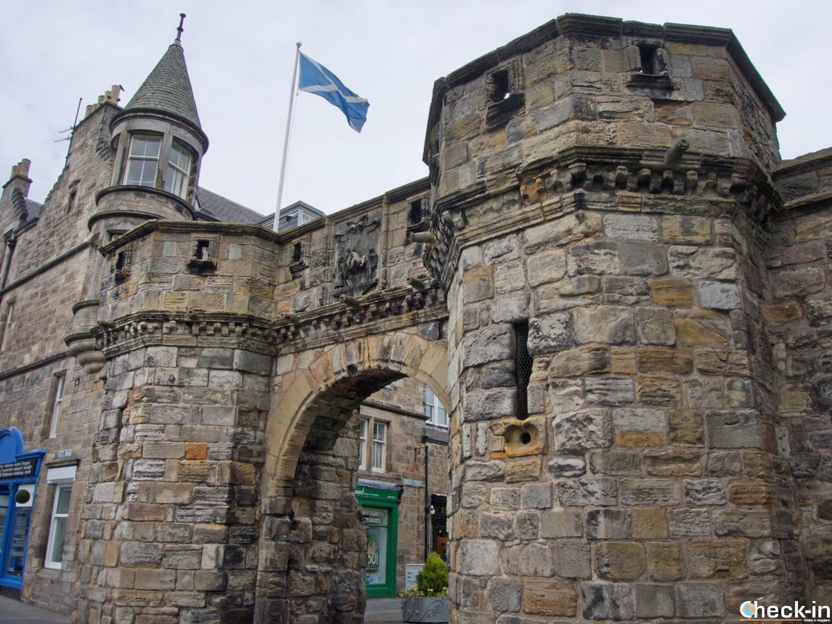 La West Port nel centro storico di St Andrews - Fife, Scozia