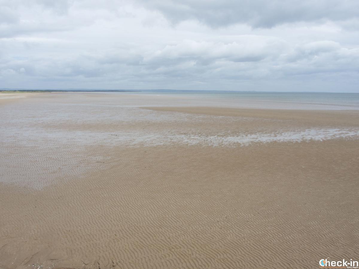 Due passi lungo la spiaggia West Sands di St Andrews (Scozia)