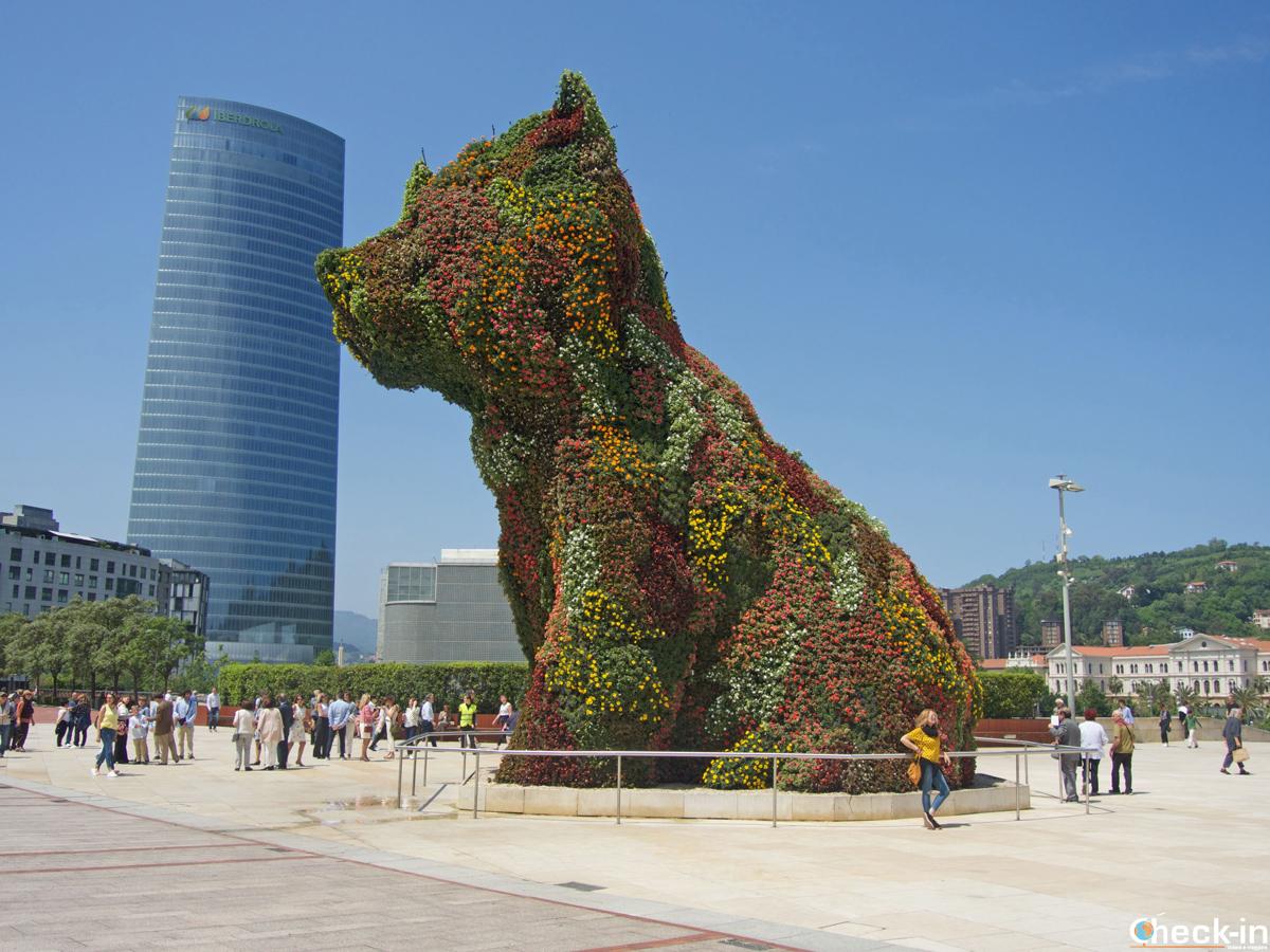 """El perro """"Puppy"""" enfrente de la entrada al Museo Guggenheim de Bilbao"""