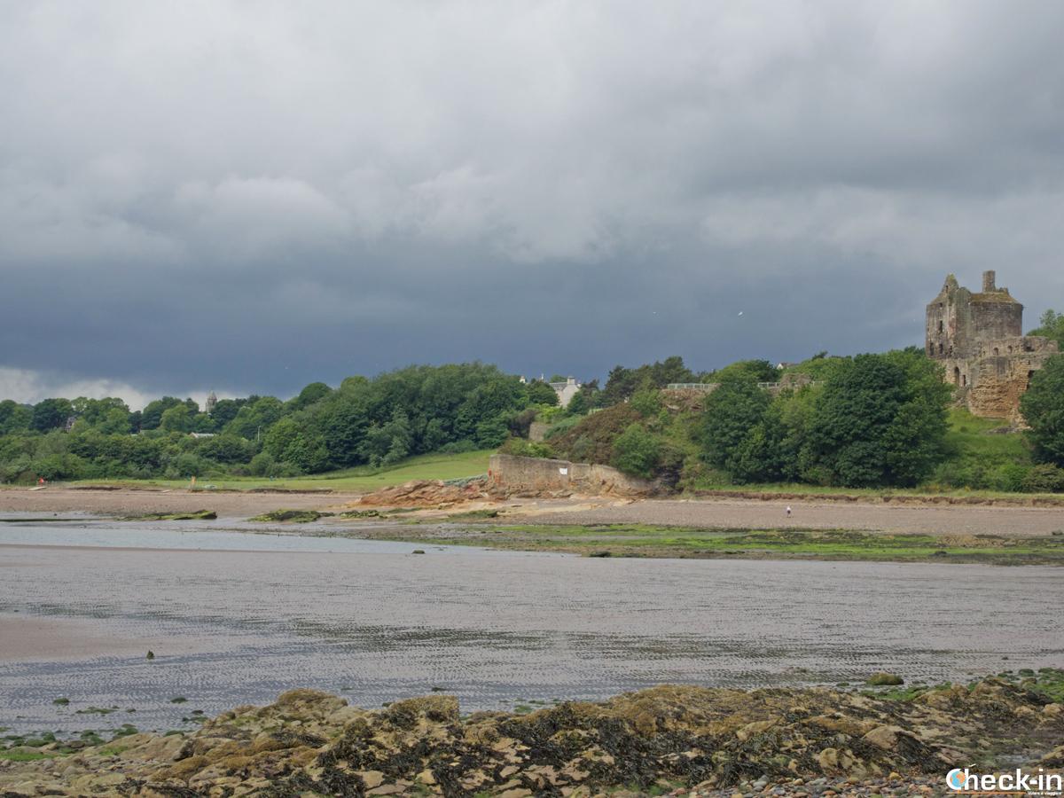 Il Ravenscraig Castle vicino a Kirkcaldy - Fife Coastal Path, Scozia