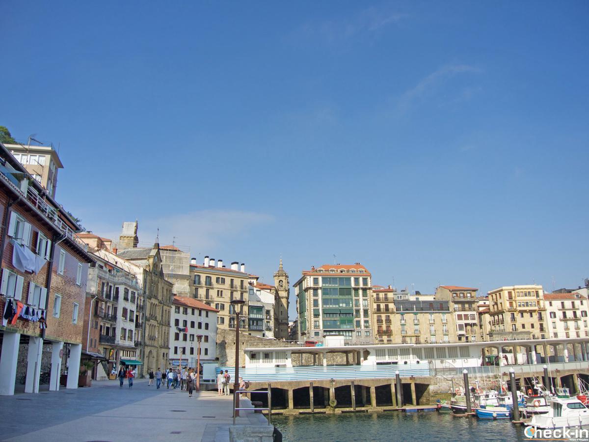 El puerto en la parte vieja de San Sebastián (España)
