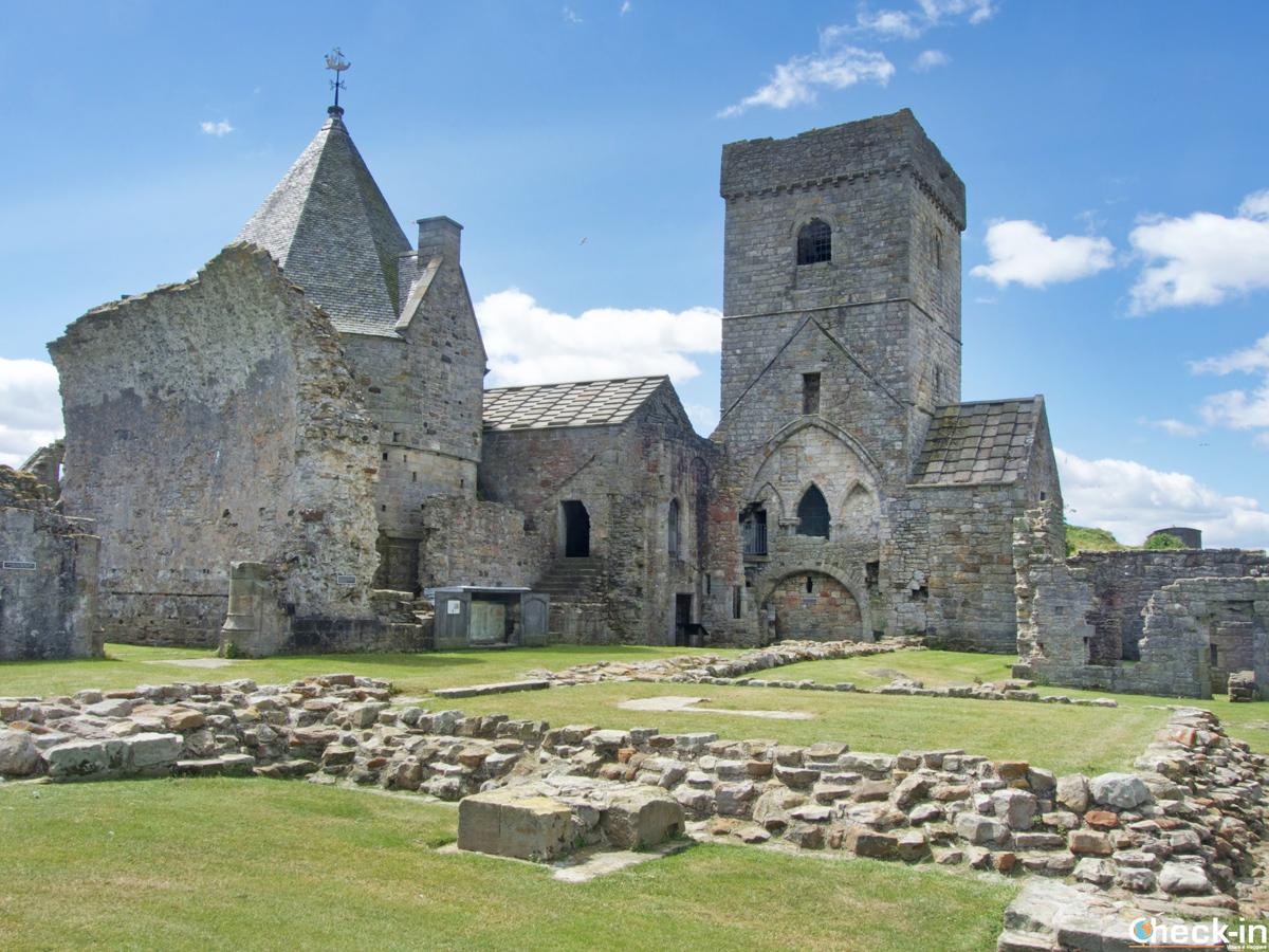 Le rovine dell'Abbazia di Inchcolm a Edimburgo (Scozia)