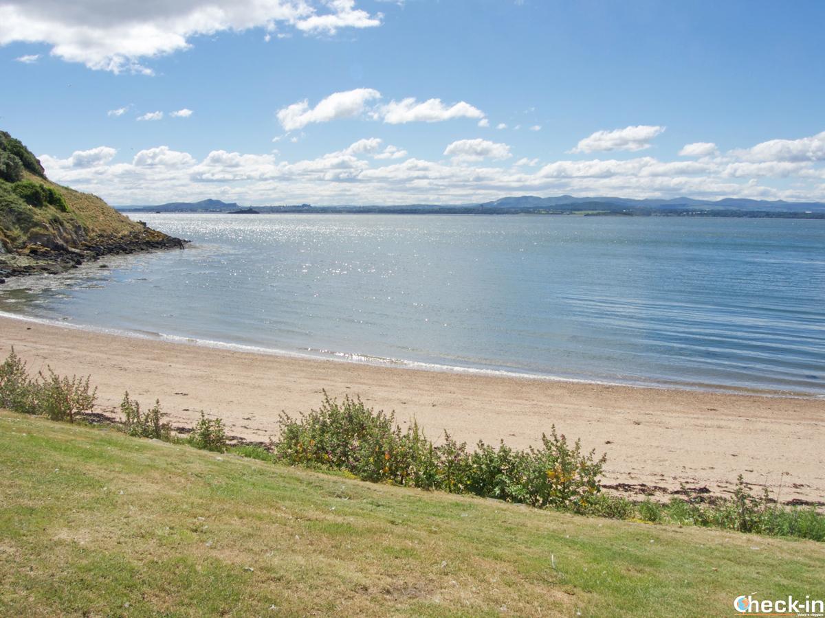 Spiaggia di Inchcolm Island e vista su Edimburgo
