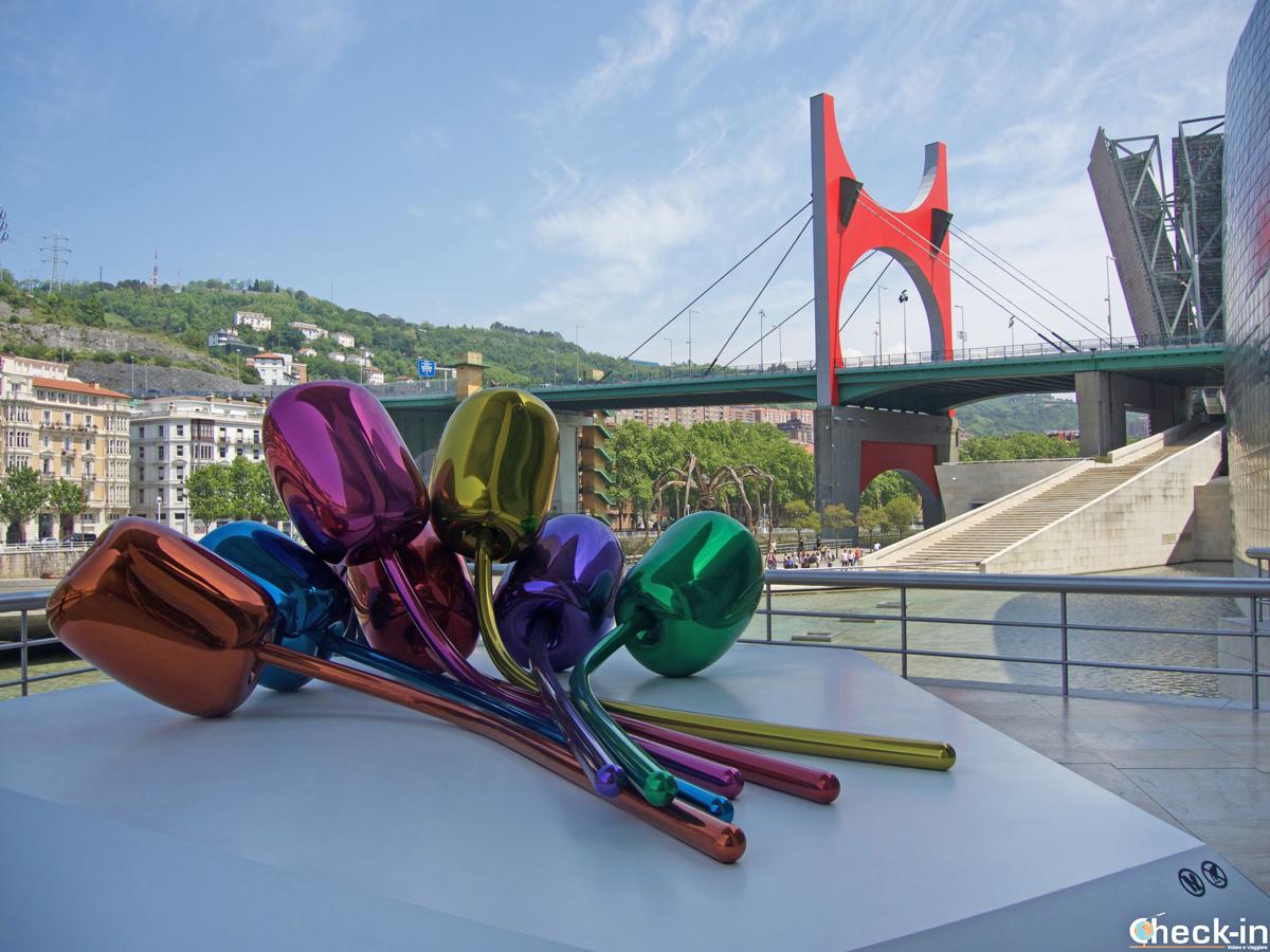 "La obra ""Tulips"" en el Guggenheim de Bilbao - Vizkaya, España"